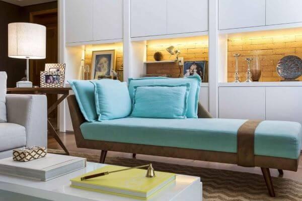 Sala de estar com divã azul