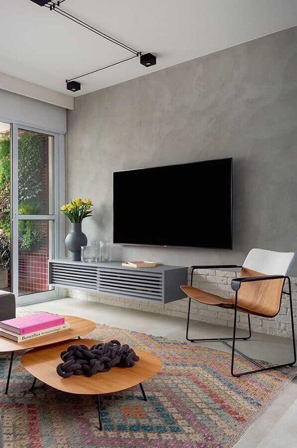 design moderno de poltrona para sala pequena decorada com parede de cimento queimado Foto Archzine