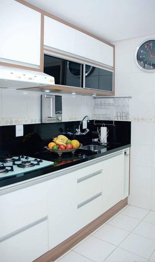 detalhes em madeira para armário branco de cozinha planejado Foto Casa de Valentina