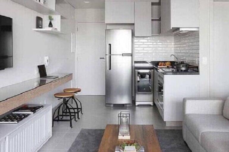 dicas de decoração para apartamento pequeno cinza e branco com sala integrada à cozinha Foto Apartment Therapy