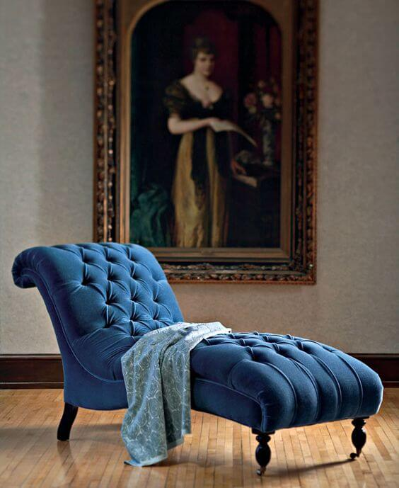 Divã azul na sala de estar