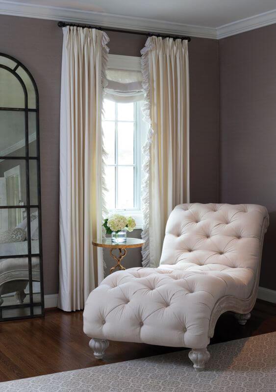 Divã capitonê branco com cortina branca