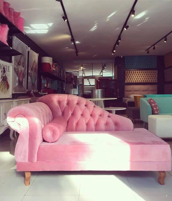 Divã rosa na sala de estar