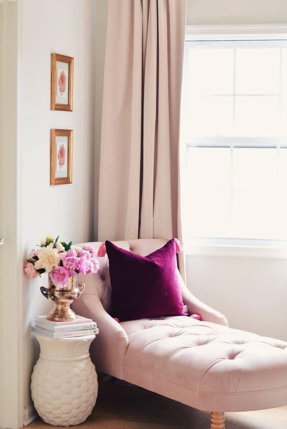 Divã rosa na sala de estar romântica e sofisticada