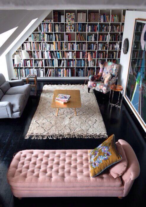 Sala de estar com sofá divã rosa e sofá cinza