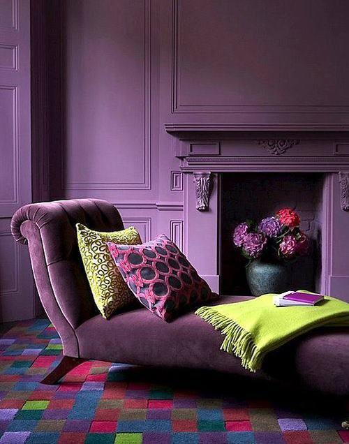 Divã roxo na sala moderna com manta verde