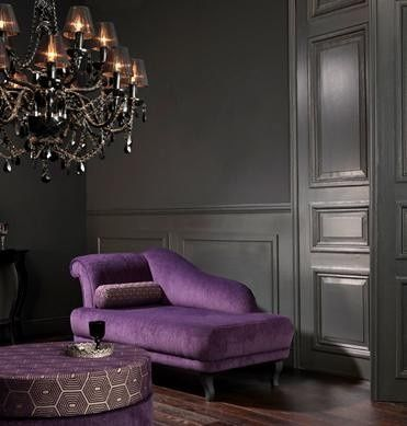 Sofá roxo com sala cinza
