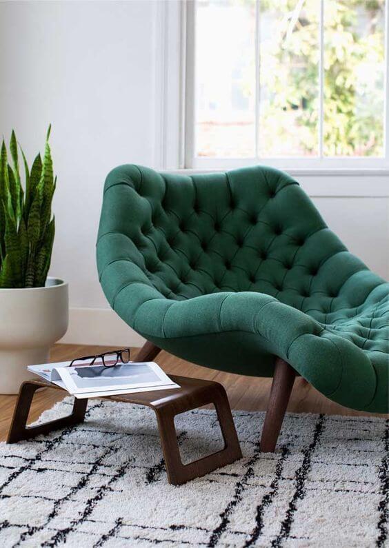 Divã verde na sala de estar moderna