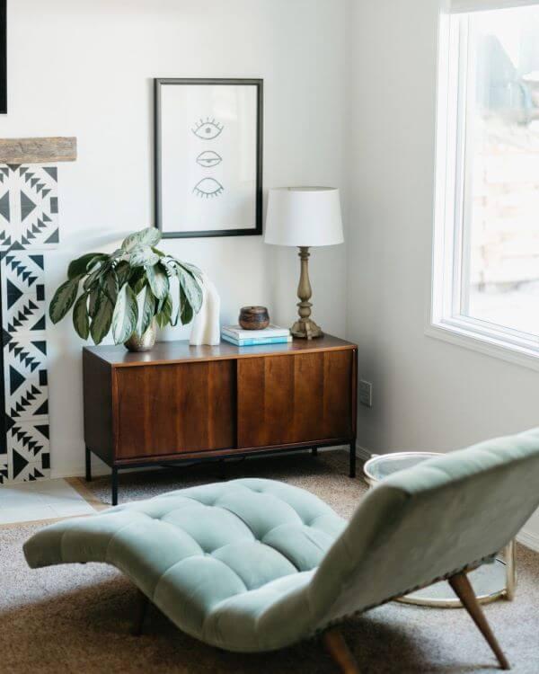 Divã na sala de estar com móveis de madeira