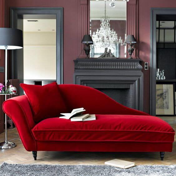 Divã vermelho na sala de estar moderna