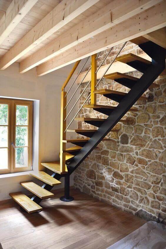 Revestimento para sala de pedra abaixo da escada