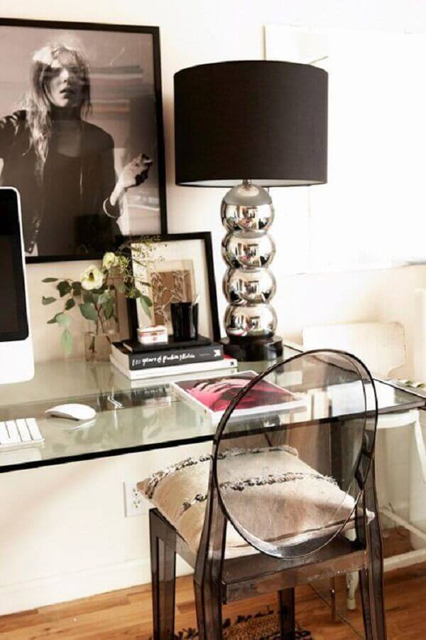 escrivaninha de vidro decorada com abajur preto e cadeira ghost transparente Foto Archzine