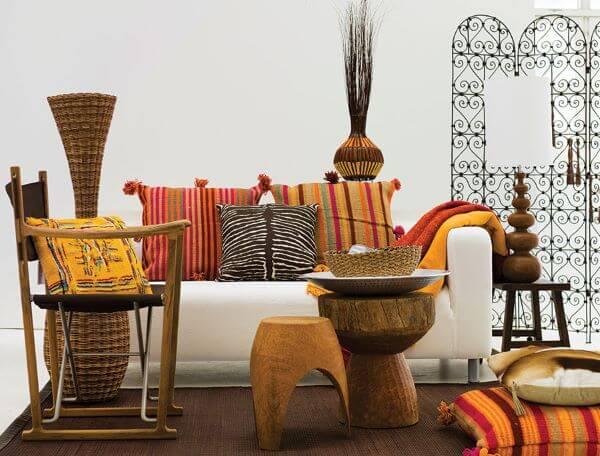 Sala com estampas africanas coloridas