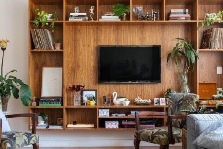 estante de madeira para sala ampla Foto Histórias de Casa