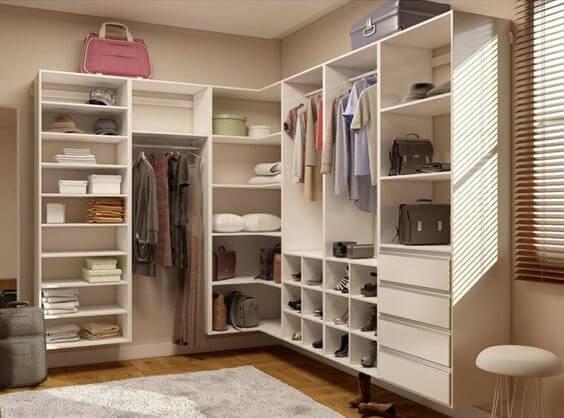 Guarda roupa de canto no closet modernoGuarda roupa de canto no closet moderno