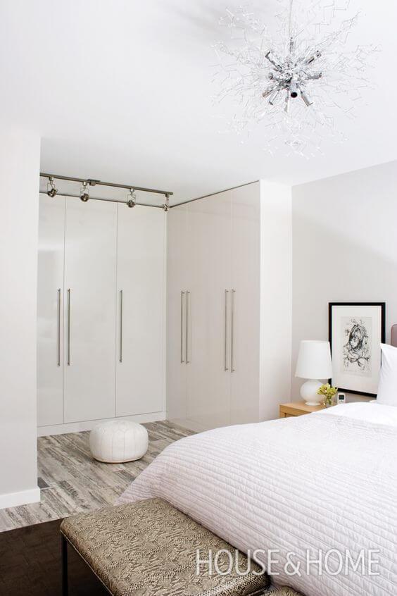 Guarda roupa de canto branco no quarto de casal