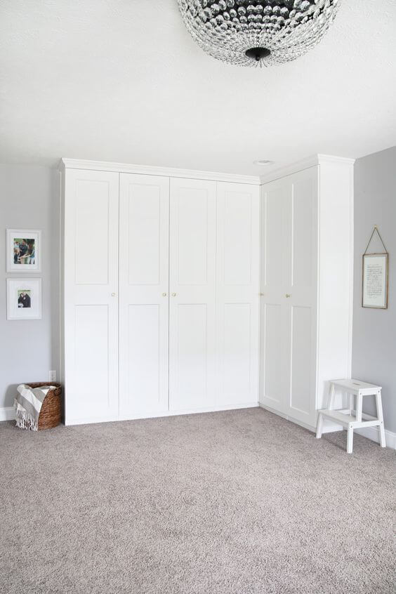Guarda roupa de canto branco no quarto de solteiro