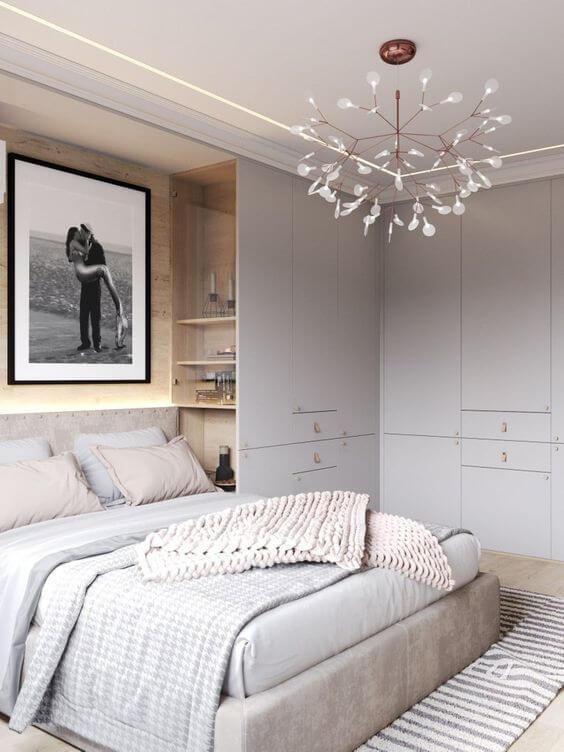 Guarda roupa de canto cinza com lustre moderno
