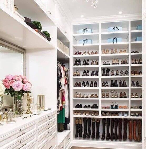 closet com guarda roupa de canto e sapateira