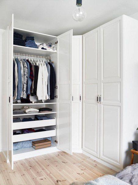 Guarda roupa de canto pequeno e branco no quarto