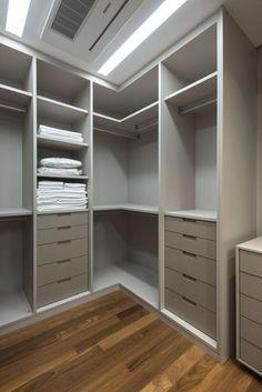 Guarda roupa de canto no quarto moderno