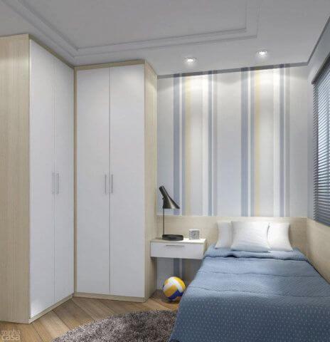 Guarda roupa de canto solteiro com papel de parede no quarto