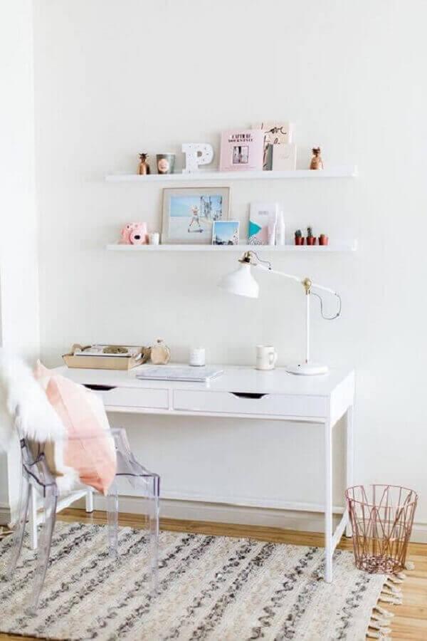 home office clean decorado com escrivaninha branca e cadeira de acrílico transparente com braço Foto We Heart It