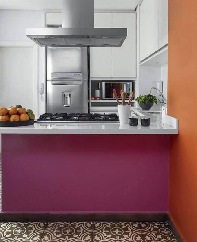 ilha de cozinha na cor rosa escuro para decoração de cozinha branca planejada Foto Architecture Art Designs