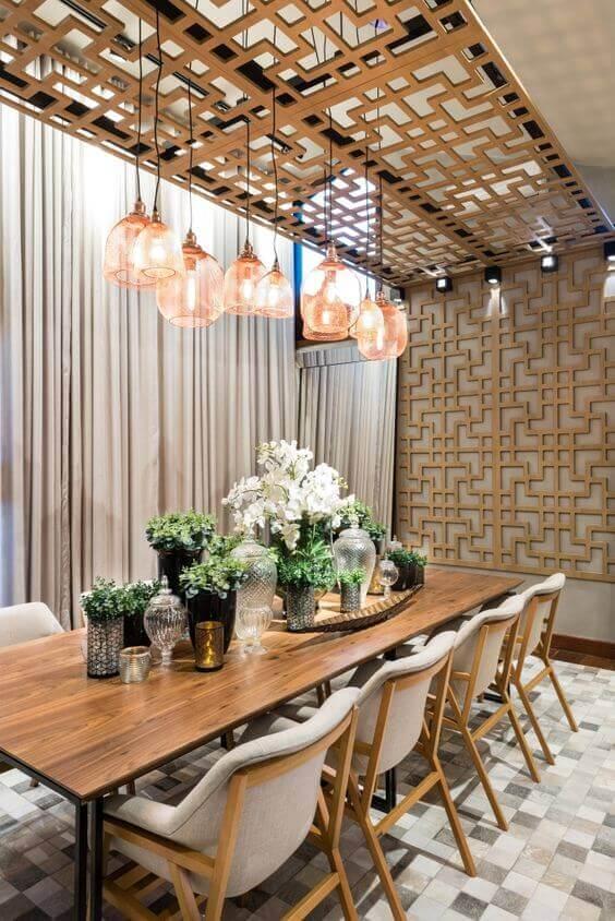 Revestimento para sala de estar com lustre moderno combinando