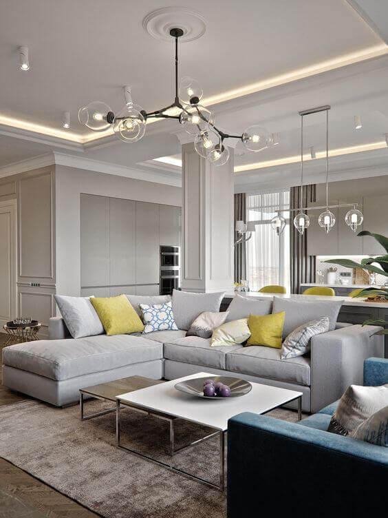 Revestimento para sala de estar com sofá cinza e espelho
