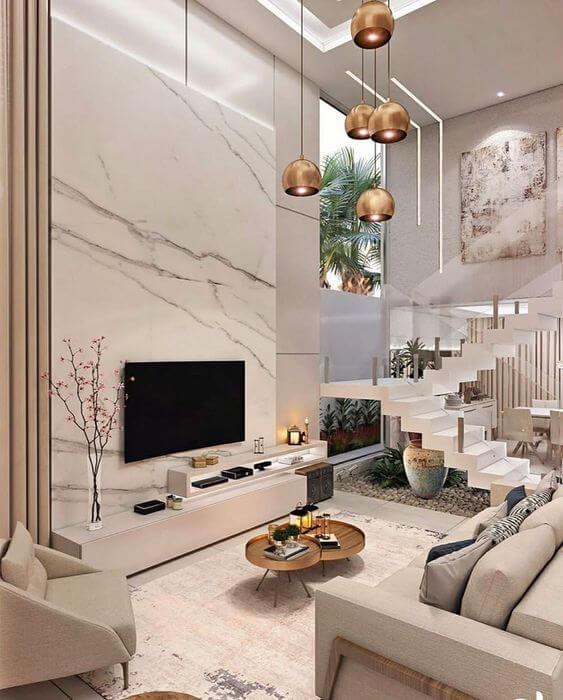 Sala de estar com revestimento de mármore na lareira