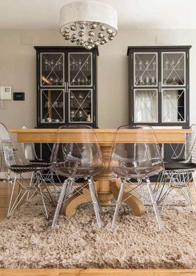 mesa com cadeiras transparentes para sala de jantar com tapete felpudo Foto Best Home Decor