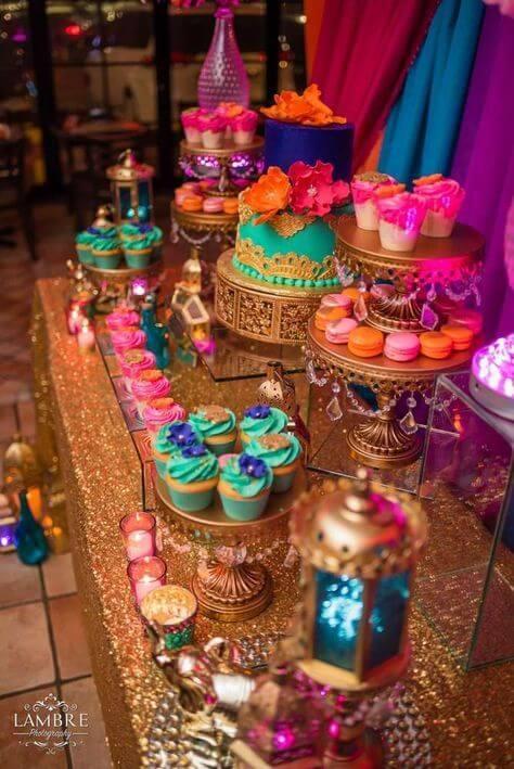 Bolo com mesa de doces n decoração árabe