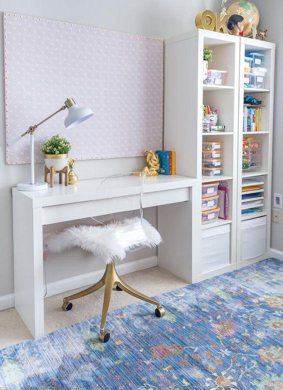 Mesa de escritório pequena com estante ao lado