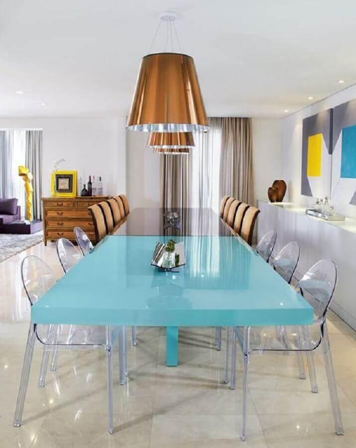 mesa verde água com cadeiras transparentes para sala de jantar moderna Foto Constance Zahn