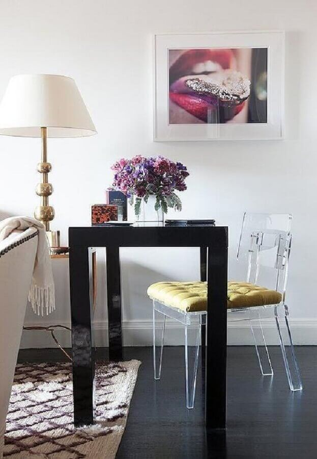 modelo de cadeira transparente com almofada amarela Foto Clear Home Design