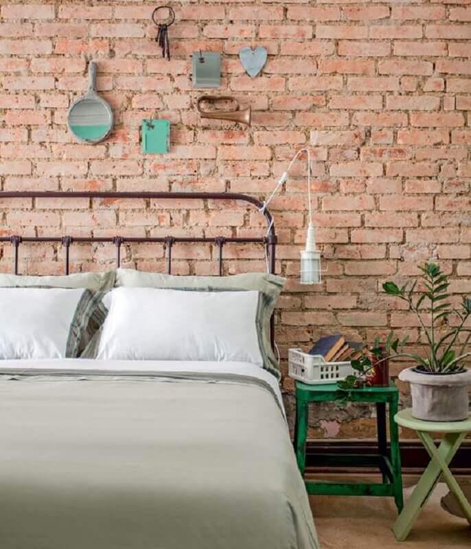 modelos de cabeceira de ferro para quarto simples com parede de tijolinho rústica Foto Pinterest