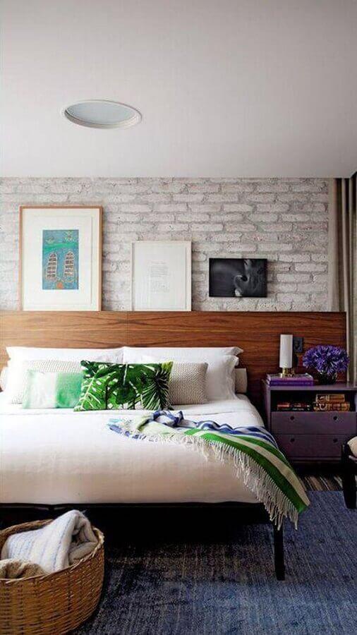 modelos de cabeceira de madeira para quarto de casal com parede de tijolinho Foto Decorando com Brilho
