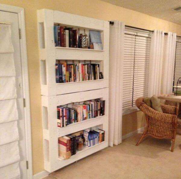 Estante de pallet branca simples na sala de estar