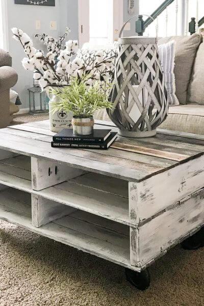 Pallet mesa de centro na sala com tampo de vidro