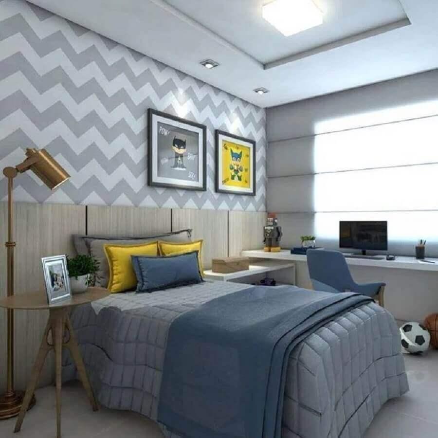 papel de parede chevron para decoração de quarto de adolescente masculino com cabeceira de madeira Foto Claudiny Cavalcanti