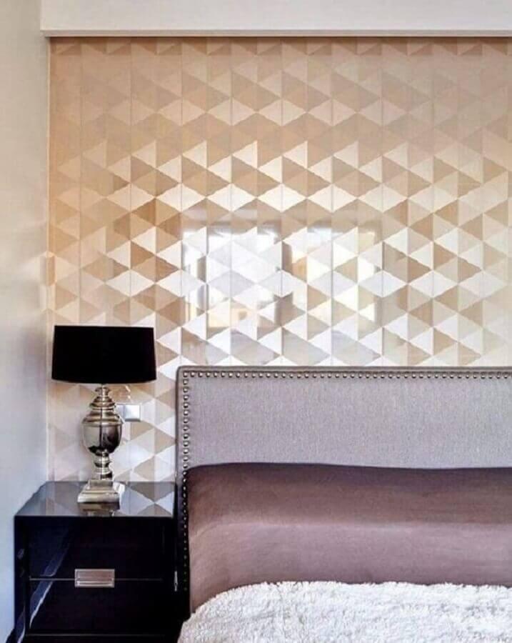 papel de parede metalizado para quarto de casal com criado mudo preto Foto Pinterest