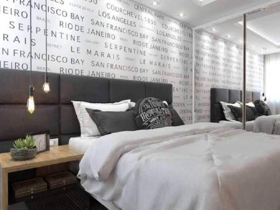 papel de parede para quarto casal moderno cinza e branco com guarda roupa espelhado Foto Pinterest