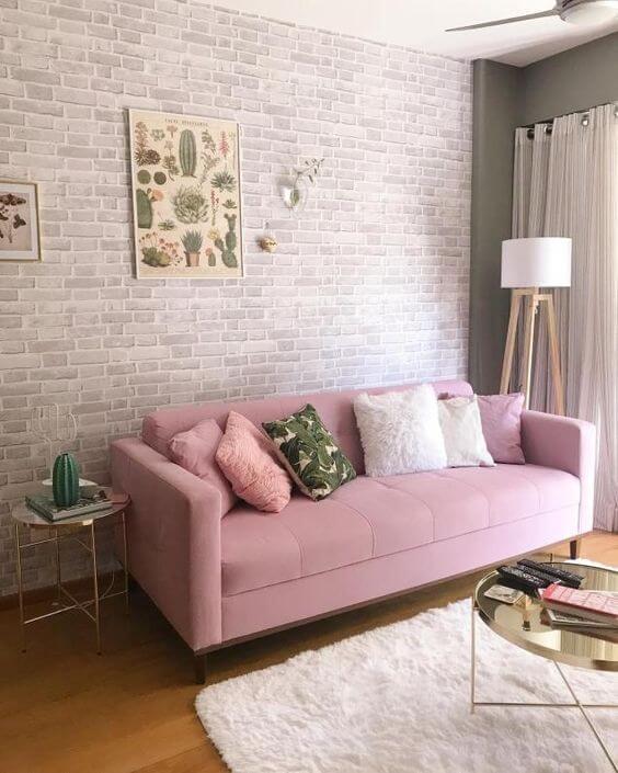 Sofá cor de rosa com tijolinho branco