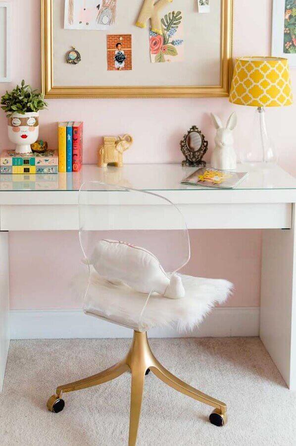 penteadeira branca com cadeira transparente com base dourada giratória Foto Home Fashion Trend