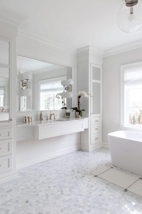 Penteadeira suspensa branca no quarto clean