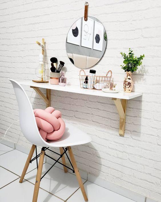 Penteadeira suspensa com cadeira branca e almofada rosa moderna