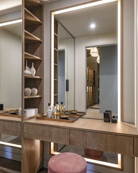 Penteadeira suspensa com espelho led no quarto planejado