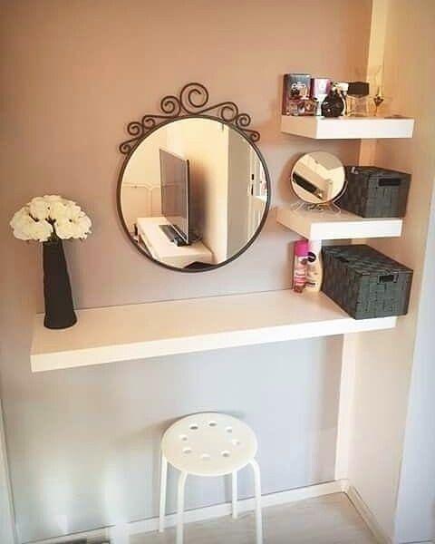 Penteadeira suspensa pequena com prateleiras para organizar o ambiente