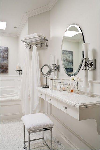 Penteadeira suspensa branca com espelho redondo